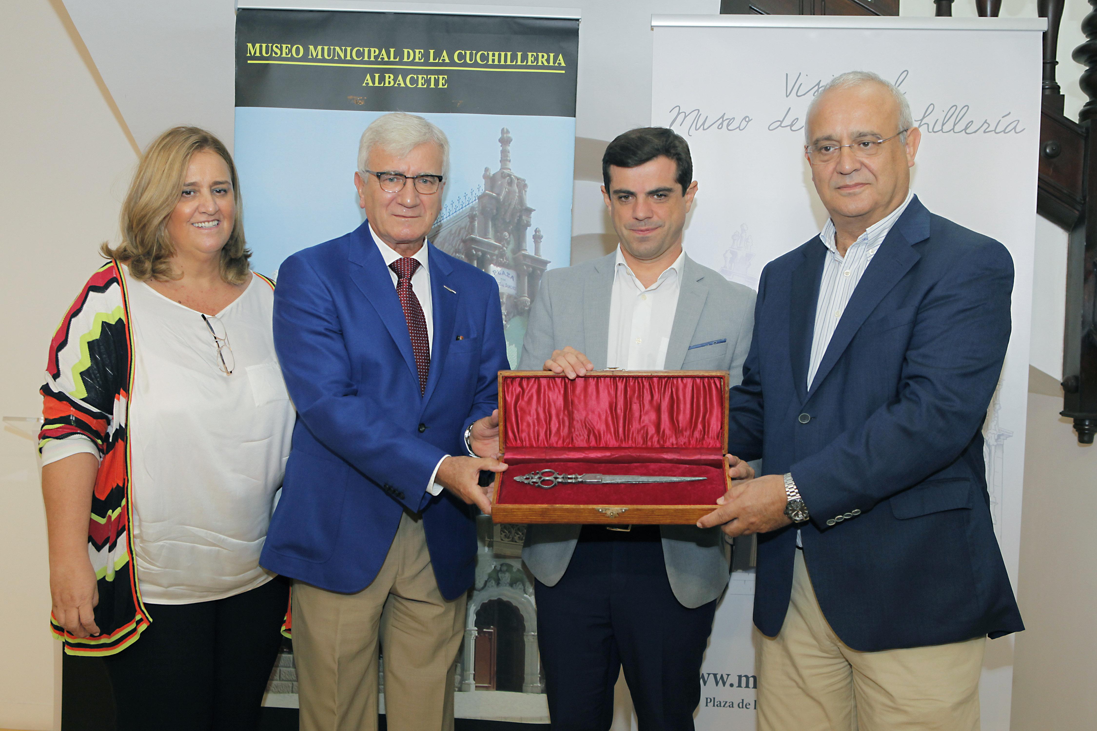 La familia Arcos dona al Museo de la Cuchillería unas tijeras de 1734